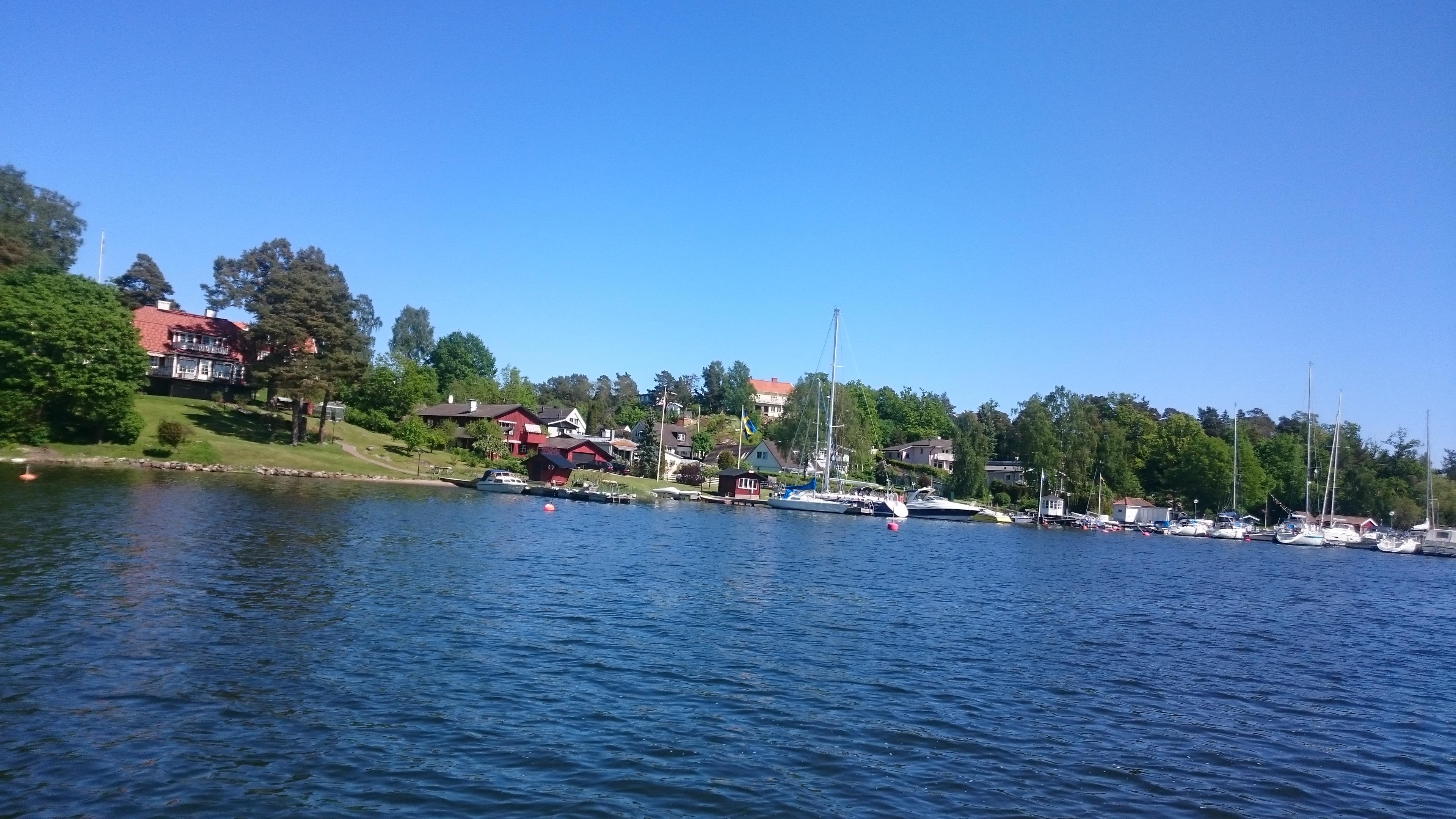 En bild på en sjö med båtar