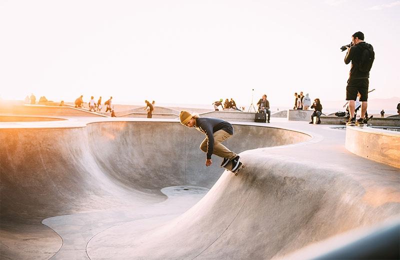 En kille på en skateboard