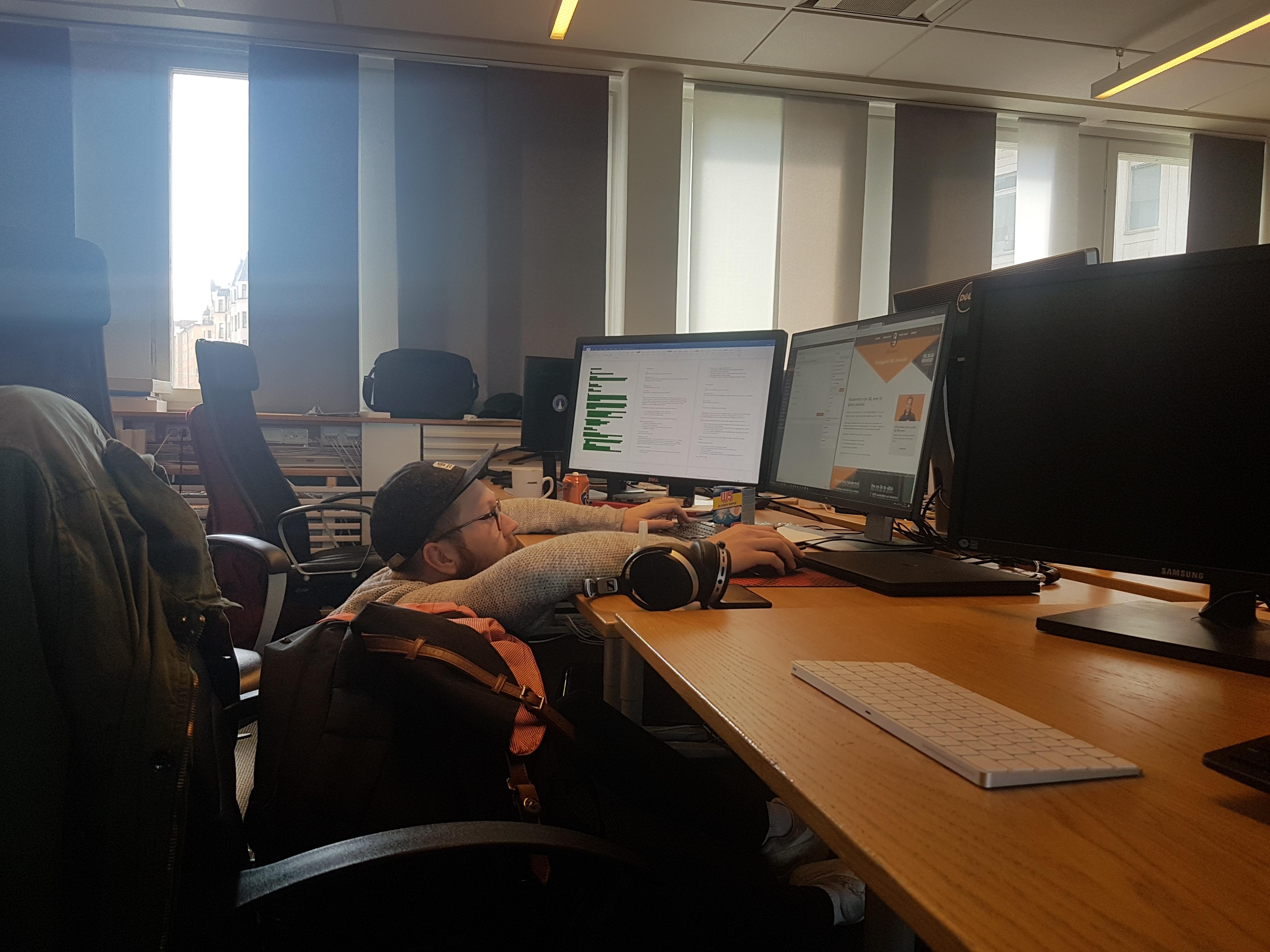 En kille vid en dator