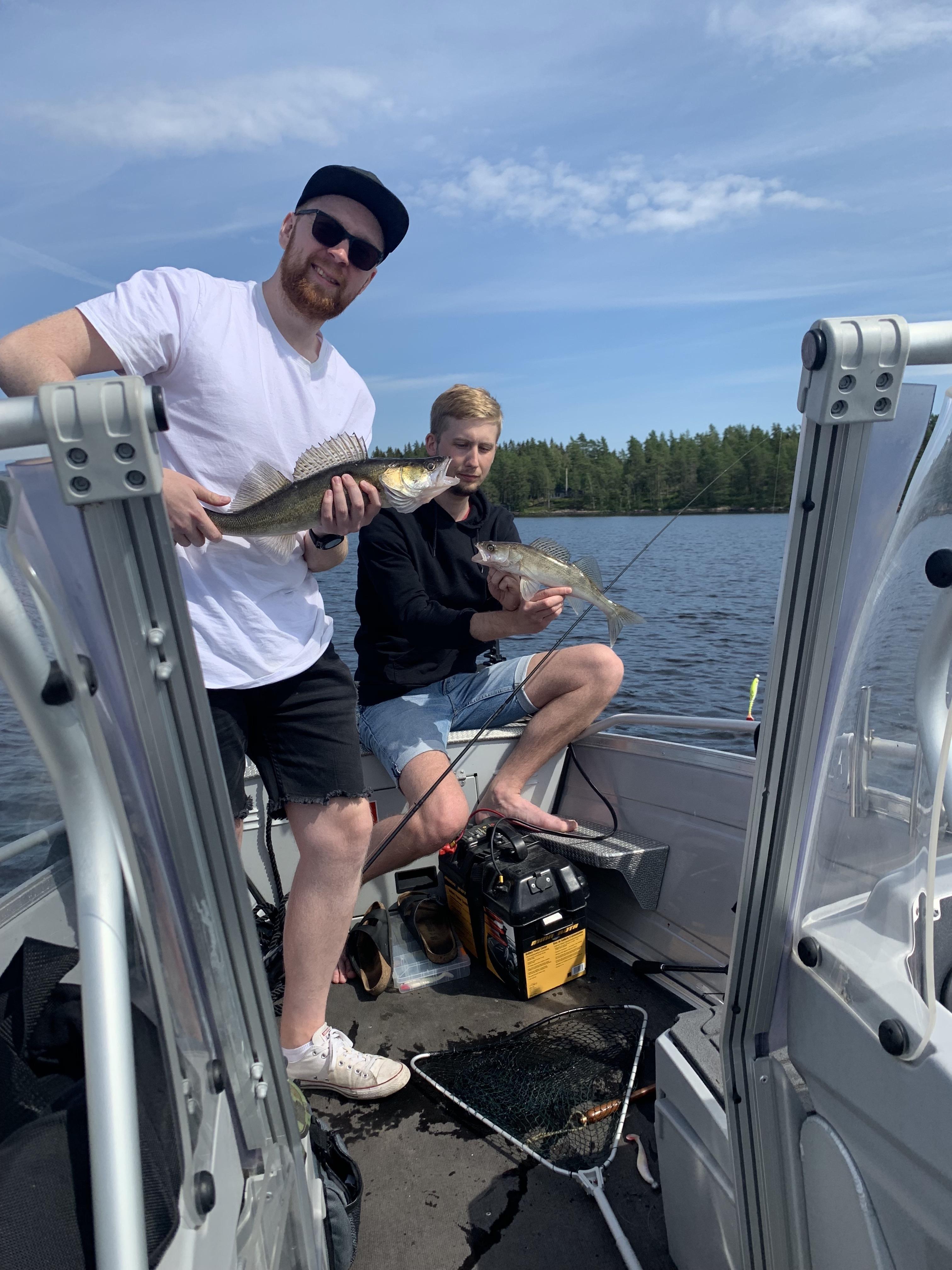 Två killar som fiskar
