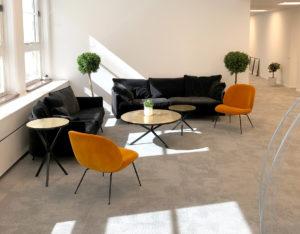 Awaves nya kontors éntre med en soffgrupp och växter