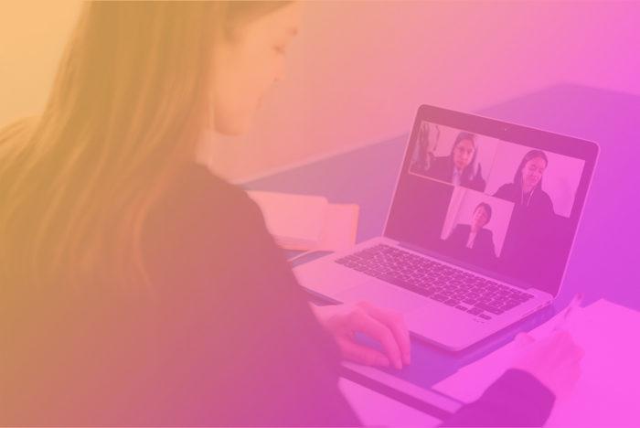 """kvinna sitter framför en laptop och arbetar, bilden innehåller även texten """"Praktik under en pågående pandemi"""